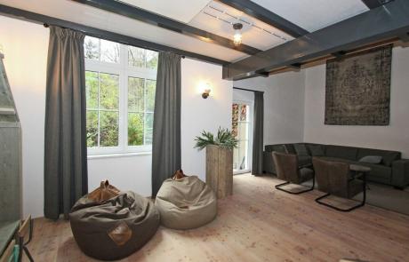 Ruim en comfortabel de woonkamer met speelhoek voor kinderen